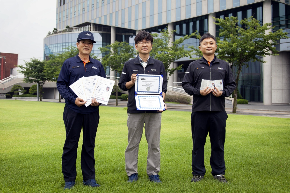 Doosan Infracore has produced its first international coating inspector in addition to new master craftsmen and professional engineers, including (from left) Byeongwoo Nam, a master craftsman in three fields, Wonho Lee, an international coating inspector, and Geunjae Lee, a professional engineer in two fields.