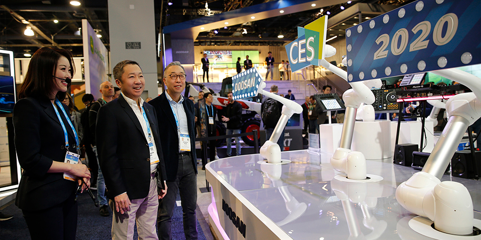 ▲ Doosan Group Chairman Jeongwon Park (center) and Vice Chairman Geewon Park (right) at the CES Doosan booth, Las Vegas Convention Center on Jan. 8